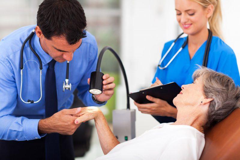 врач определяет степень сложности патологии